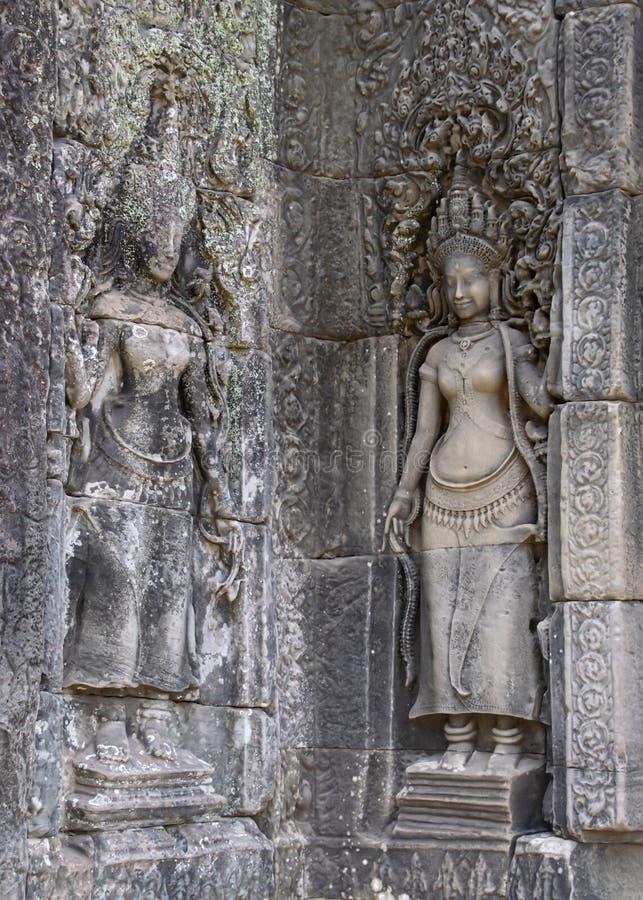 Κυρίες Aspara που χαράζονται στους τοίχους ναών Τα αγάλματα έχουν ξεπεράσει με τον καιρό αλλά παραμένουν όμορφα και λεπτομερή απί στοκ εικόνες