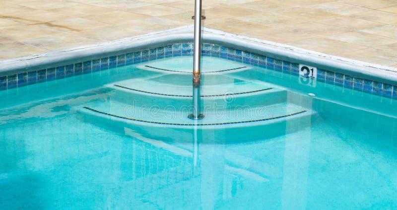 Κυρτά βήματα σε μια πισίνα στοκ φωτογραφία