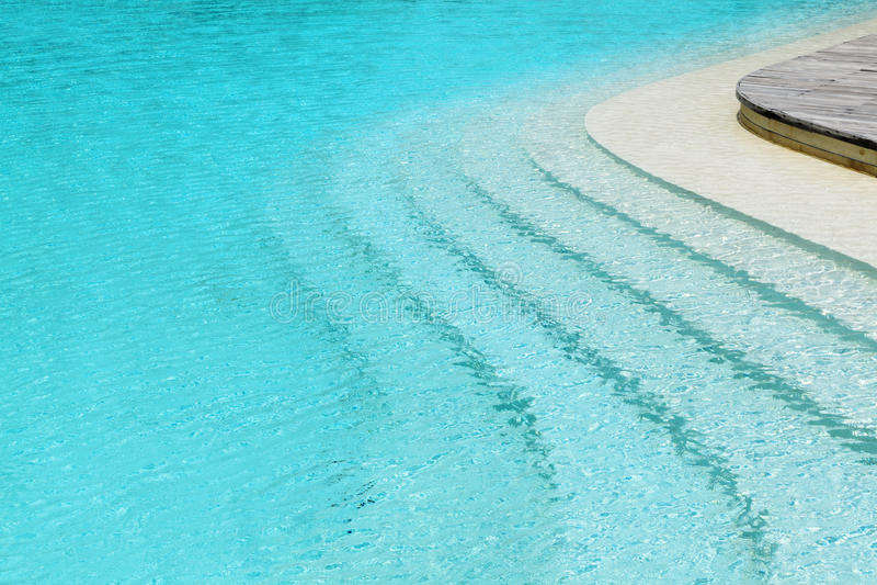 Κυρτά βήματα στην πισίνα στοκ εικόνες