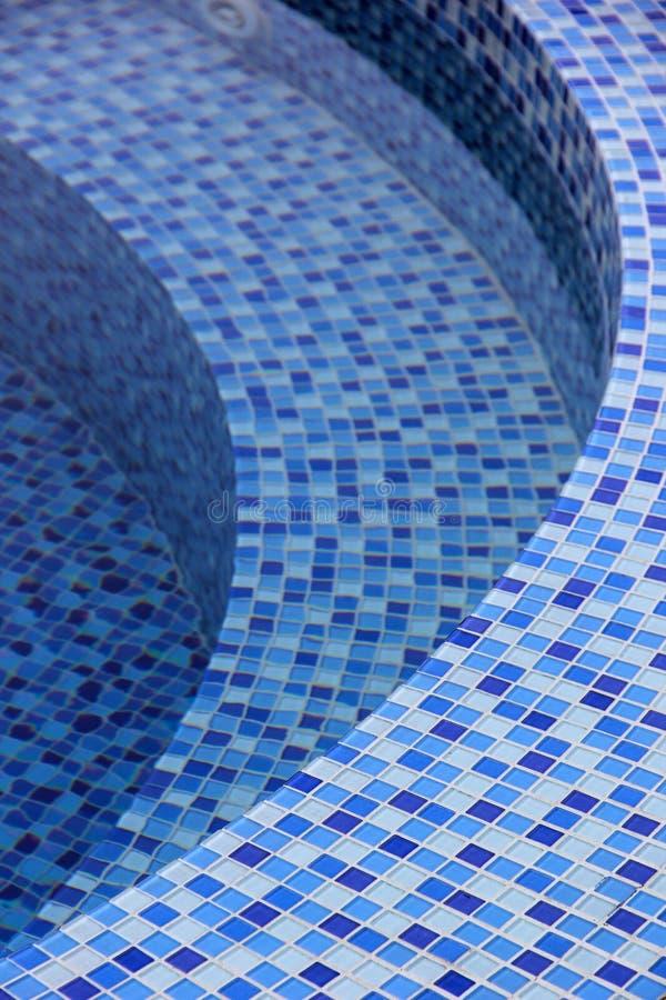 Κυρτά βήματα στην πισίνα στοκ φωτογραφίες