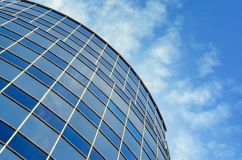 Κυρτή πρόσοψη γυαλιού του σύγχρονου κτηρίου στοκ φωτογραφία με δικαίωμα ελεύθερης χρήσης