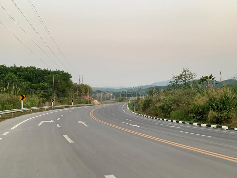 Κυρτός δρόμος στην κορυφή του βουνού που ταξιδεύει για να επιτύχει το στόχο στοκ φωτογραφία με δικαίωμα ελεύθερης χρήσης