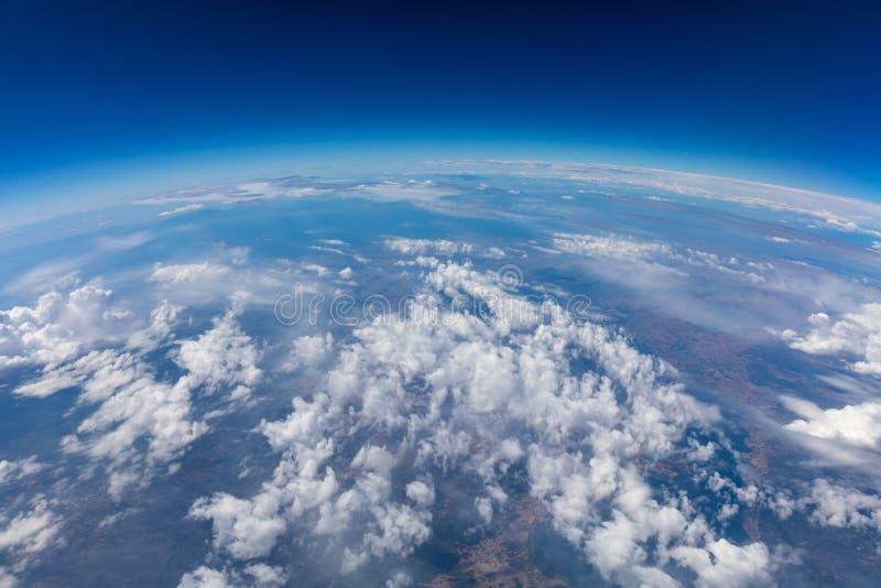 Κυρτότητα του πλανήτη Γη Εναέριος πυροβολισμός μπλε ουρανός σύννεφων στοκ εικόνα