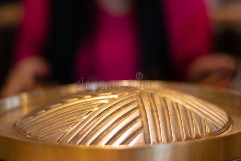 Κυρτό τηγάνι ορείχαλκου με το αυλάκι στοκ εικόνες