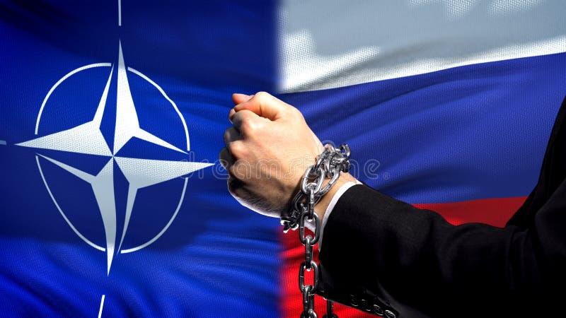 Κυρώσεις Ρωσία του ΝΑΤΟ, αλυσοδεμένα όπλα, πολιτική ή οικονομική σύγκρουση, υπεράσπιση στοκ εικόνα