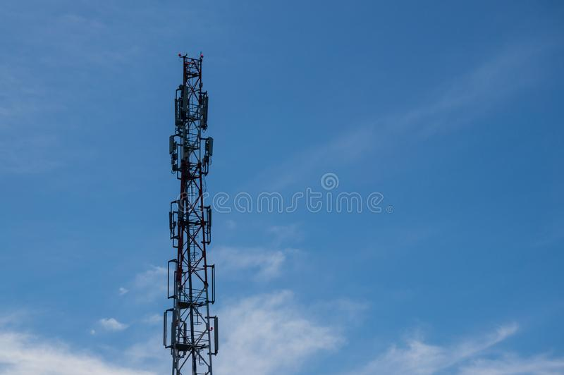 Κυψελοειδής πύργος επικοινωνίας - ένα σύστημα σύνθετο του εξοπλισμού πομποδεκτών που παρέχει τη συγκεντρωμένη υπηρεσία σε μια ομά στοκ εικόνες