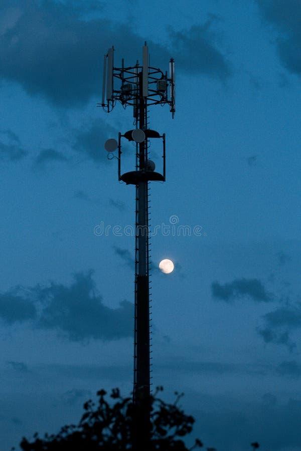 Κυψελοειδής πύργος και ηλιοβασίλεμα Εξοπλισμός για το κυψελοειδές και κινητό σήμα στοκ εικόνες με δικαίωμα ελεύθερης χρήσης