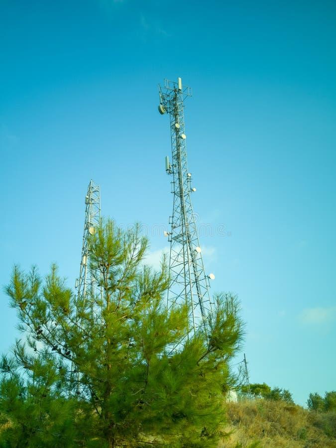 Κυψελοειδής πύργος σε γαλάζιο ουρανό σε μια ύπαιθρο στοκ φωτογραφία με δικαίωμα ελεύθερης χρήσης
