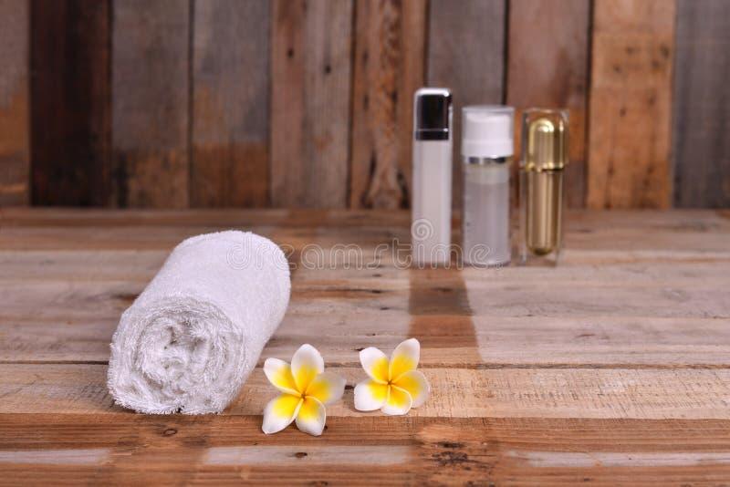 Κυλημένη επάνω άσπρη πετσέτα με τα λουλούδια Frangipani στοκ φωτογραφία