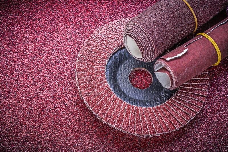 Κυλημένος τροχός άλεσης χτυπημάτων γυαλόχαρτου στο λειαντικό φύλλο στοκ εικόνα