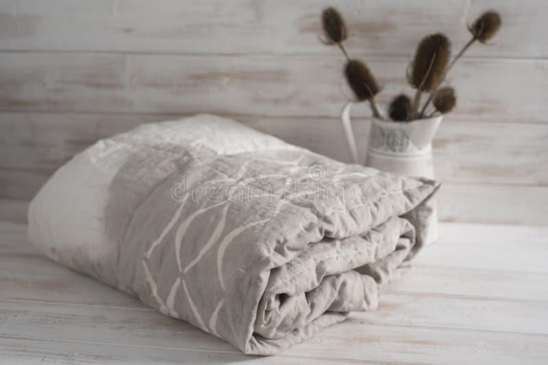 Κυλημένο δίχρωμο άσπρο και γκρίζο Duvet με τις εγκαταστάσεις κάρδων στοκ φωτογραφία με δικαίωμα ελεύθερης χρήσης