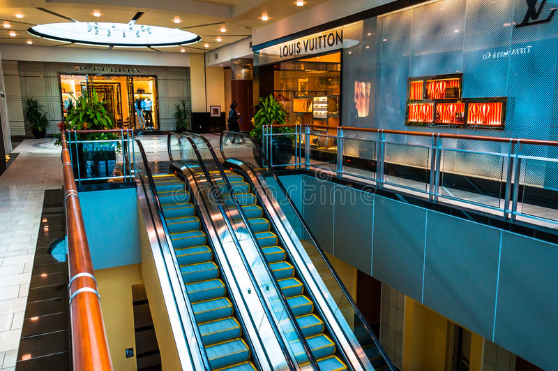 Κυλιόμενες σκάλες και το κατάστημα της Louis Vuitton στο πόλης κέντρο Towson, μΑ στοκ φωτογραφίες