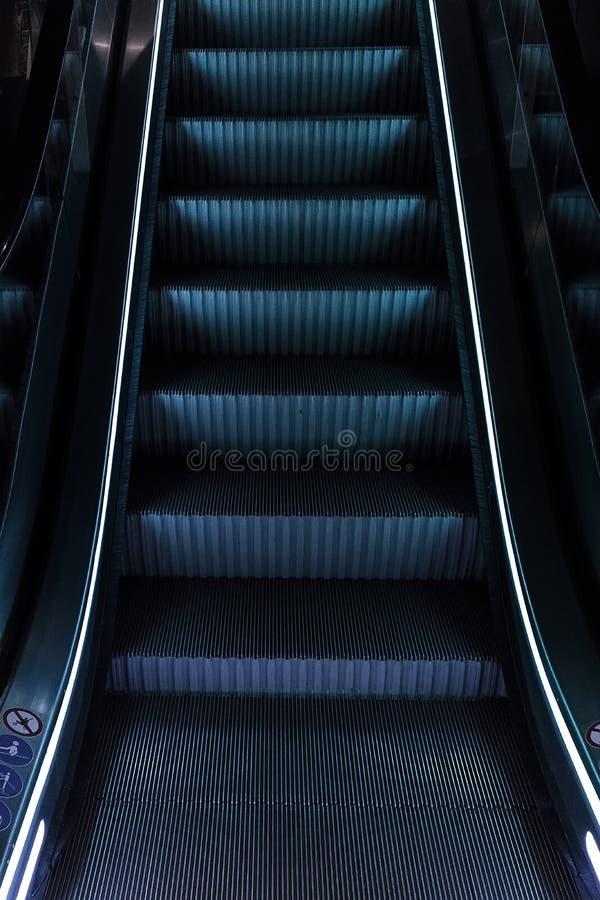 Κυλιόμενες σκάλες με το μπλε φως στοκ εικόνες