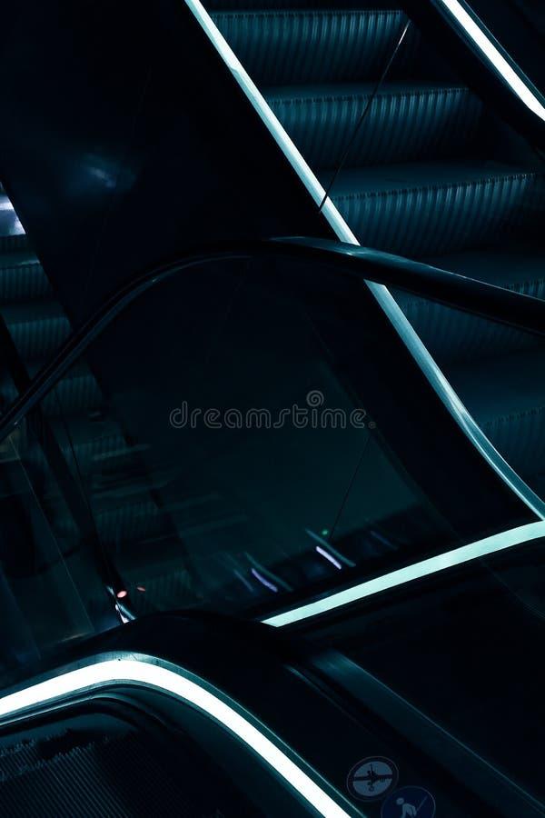 Κυλιόμενες σκάλες με το μπλε φως στοκ φωτογραφίες με δικαίωμα ελεύθερης χρήσης