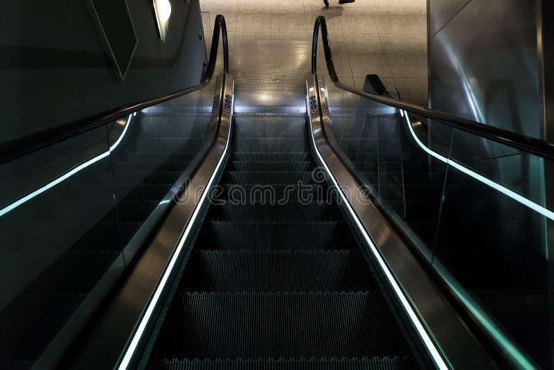 Κυλιόμενες σκάλες με το μπλε φως στοκ φωτογραφία με δικαίωμα ελεύθερης χρήσης