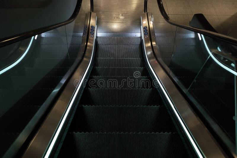 Κυλιόμενες σκάλες με το μπλε φως στοκ φωτογραφία