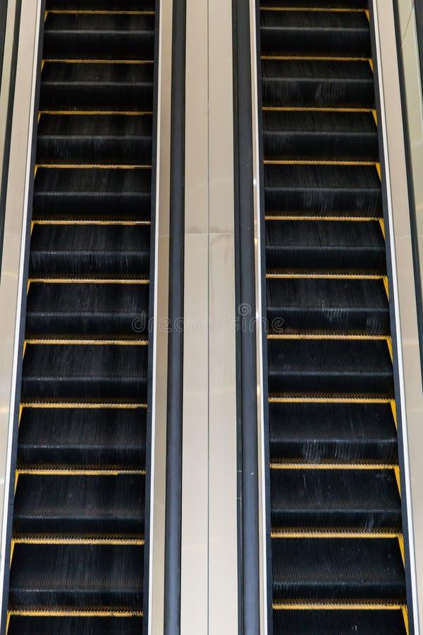 Κυλιόμενες σκάλες σε ένα δημόσιο κτίριο στοκ φωτογραφία με δικαίωμα ελεύθερης χρήσης