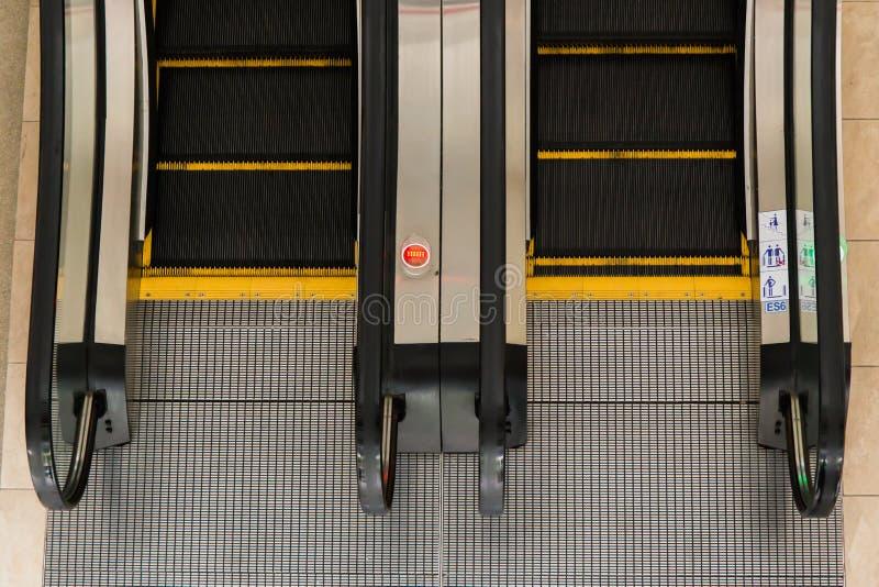 Κυλιόμενες σκάλες σε ένα δημόσιο κτίριο στοκ φωτογραφίες