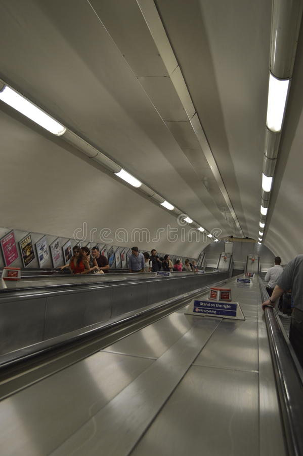 Κυλιόμενη σκάλα ή κινούμενο κλιμακοστάσιο στο Μετρό του Λονδίνου στοκ εικόνες