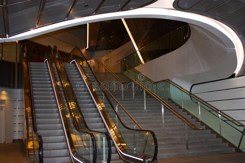 Κυλιόμενη σκάλα και σκαλοπάτια στο σταθμό τρένου στοκ φωτογραφία