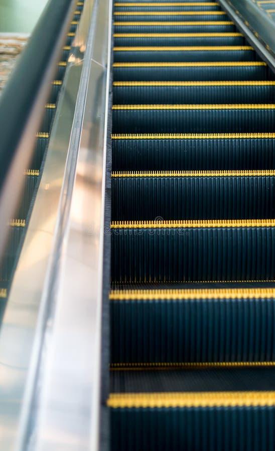 Κυλιόμενη σκάλα στη λεωφόρο αγορών στοκ εικόνες