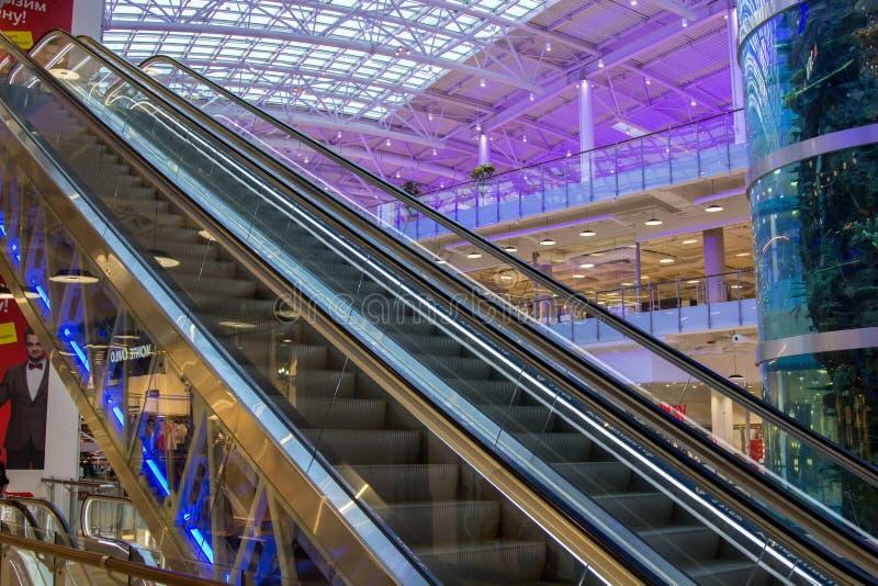 κυλιόμενη σκάλα στη λεωφόρο Aviapark στοκ εικόνες