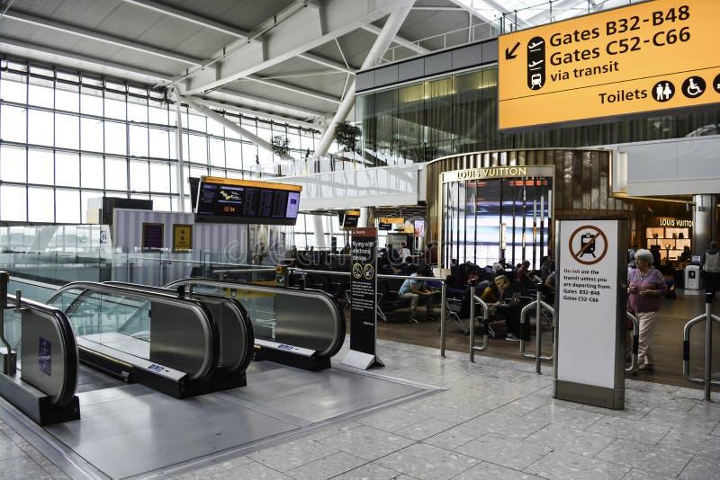 Κυλιόμενη σκάλα στον αερολιμένα Heathrow στοκ εικόνες με δικαίωμα ελεύθερης χρήσης