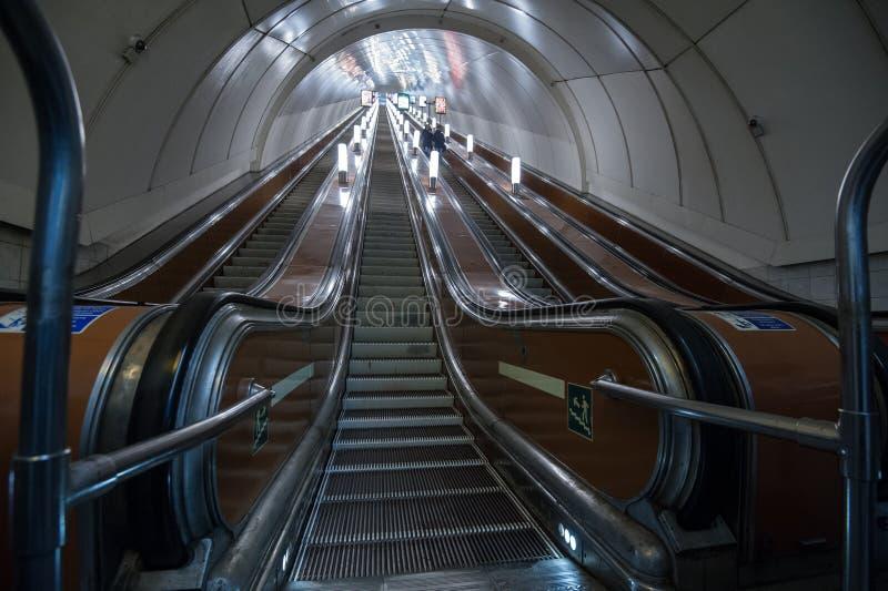 Κυλιόμενη σκάλα του υπογείου της Αγία Πετρούπολης στοκ εικόνα με δικαίωμα ελεύθερης χρήσης