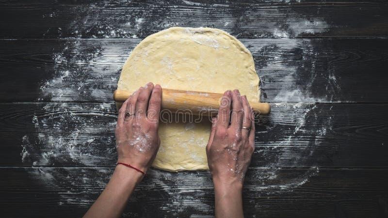 Κυλώντας ζύμη πιτσών στοκ φωτογραφίες με δικαίωμα ελεύθερης χρήσης