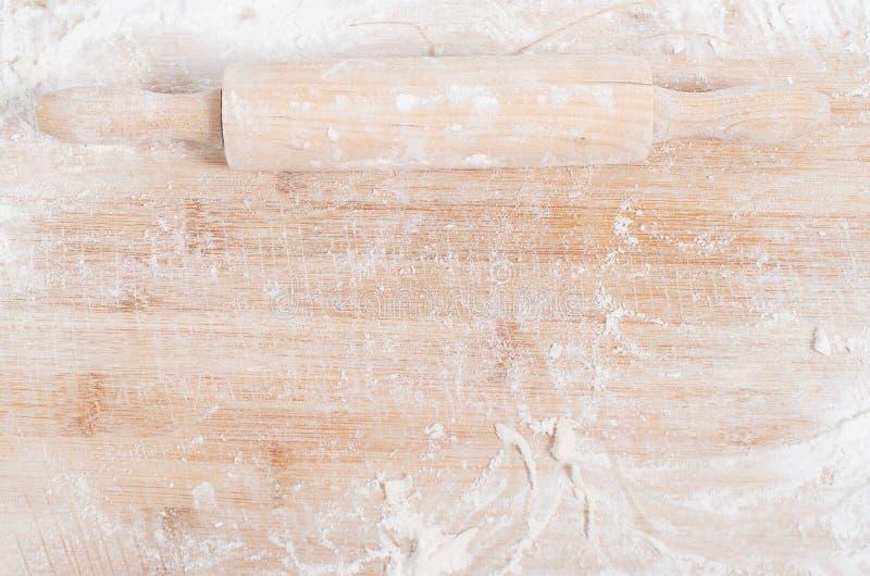 Κυλώντας καρφίτσα σε έναν ξύλινο δίσκο στοκ εικόνες
