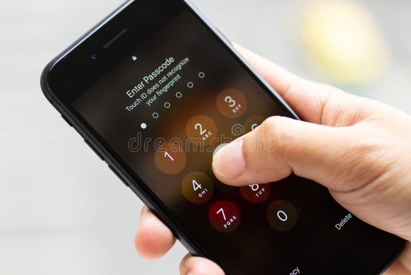Κωδικός πρόσβασης της κινητής προστασίας δεδομένων για τους χρήστες smartphone Χρήση εικόνας για τα στοιχεία ασφάλειας στοκ εικόνες