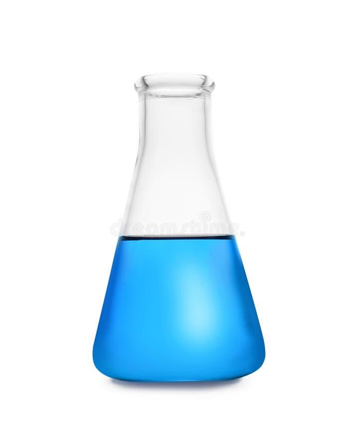 Κωνική φιάλη με το υγρό χρώματος που απομονώνεται Γυαλικά χημείας στοκ φωτογραφία με δικαίωμα ελεύθερης χρήσης