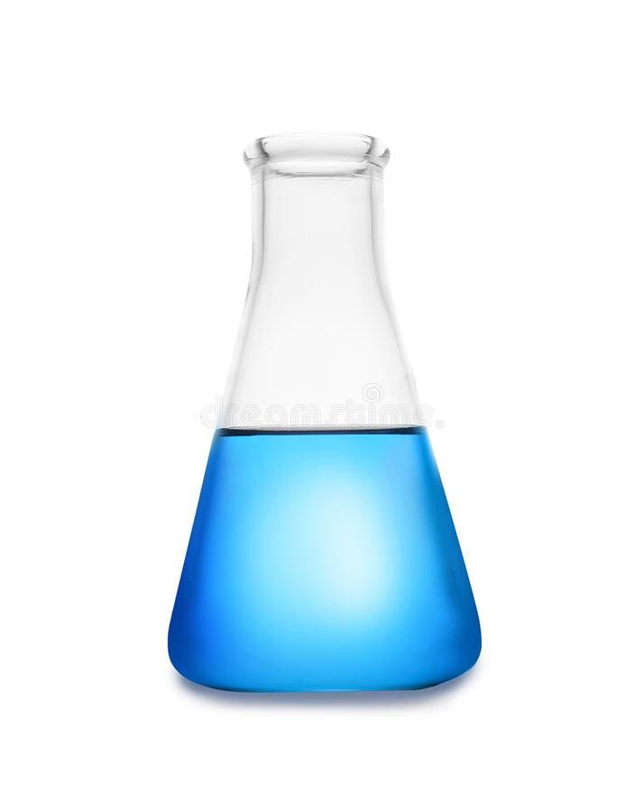 Κωνική φιάλη με το υγρό χρώματος στο λευκό Γυαλικά χημείας στοκ εικόνα