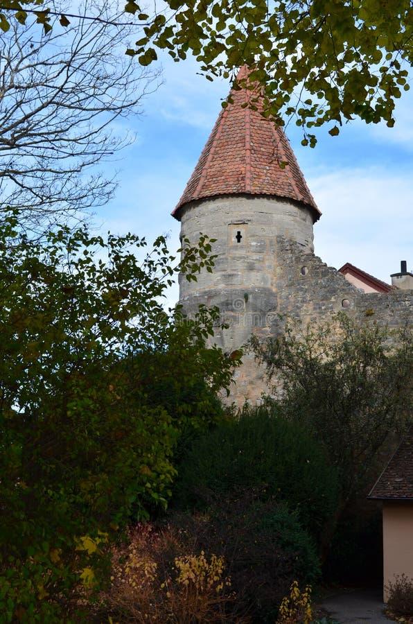 Κωνικός πύργος μέσω των δέντρων, Rothenburg ob der Tauber, Γερμανία στοκ εικόνες