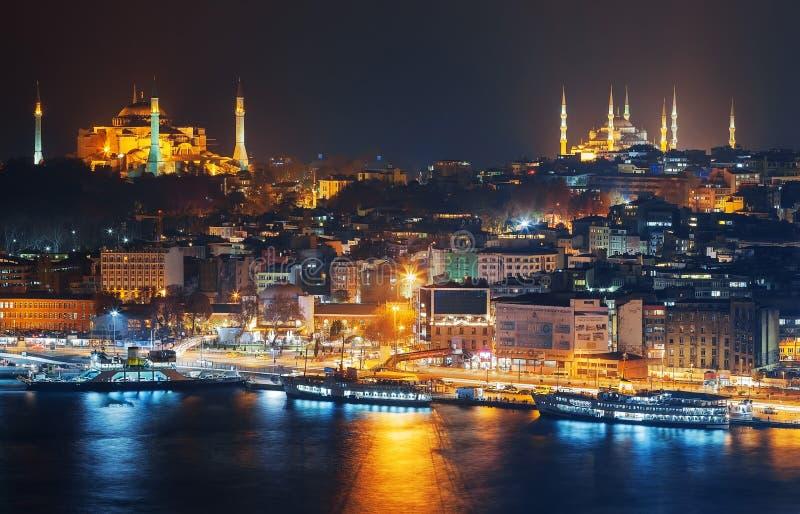 Κωνσταντινούπολη Νύχτα Sultanahmet κατά τη διάρκεια της νύχτας από τη Marmara θάλασσα στοκ φωτογραφίες
