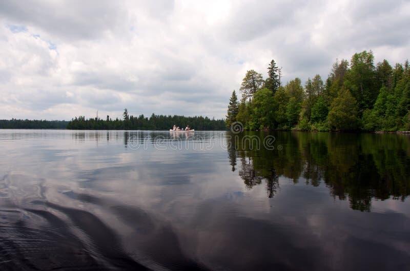Κωπηλασία σε κανό νερών ορίου στοκ φωτογραφία με δικαίωμα ελεύθερης χρήσης