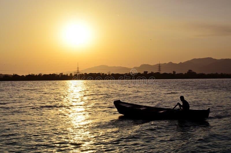 Κωπηλασία στη λίμνη Ισλαμαμπάντ Rawal στοκ εικόνες
