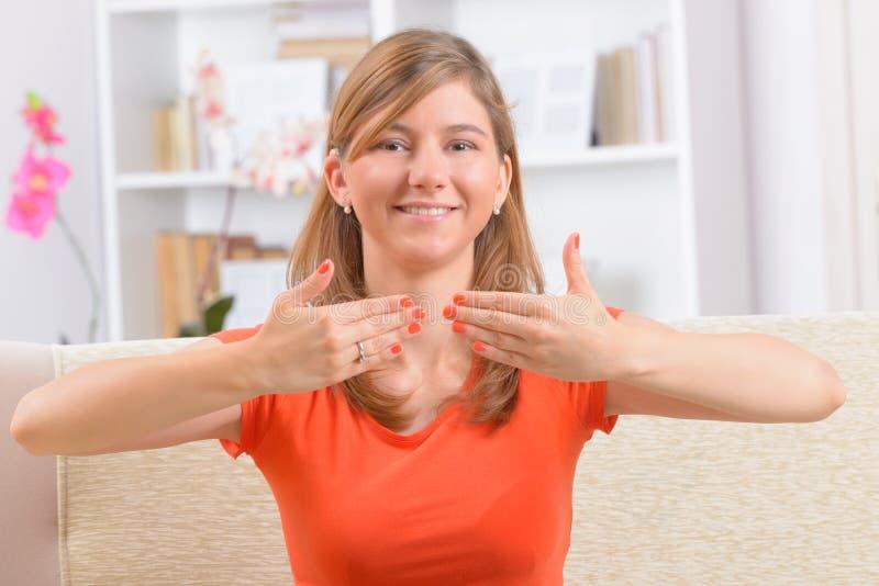Κωφή γυναίκα που χρησιμοποιεί τη γλώσσα σημαδιών στοκ φωτογραφίες