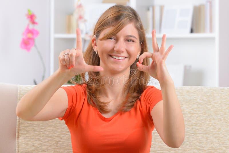 Κωφή γυναίκα που χρησιμοποιεί τη γλώσσα σημαδιών στοκ εικόνες με δικαίωμα ελεύθερης χρήσης