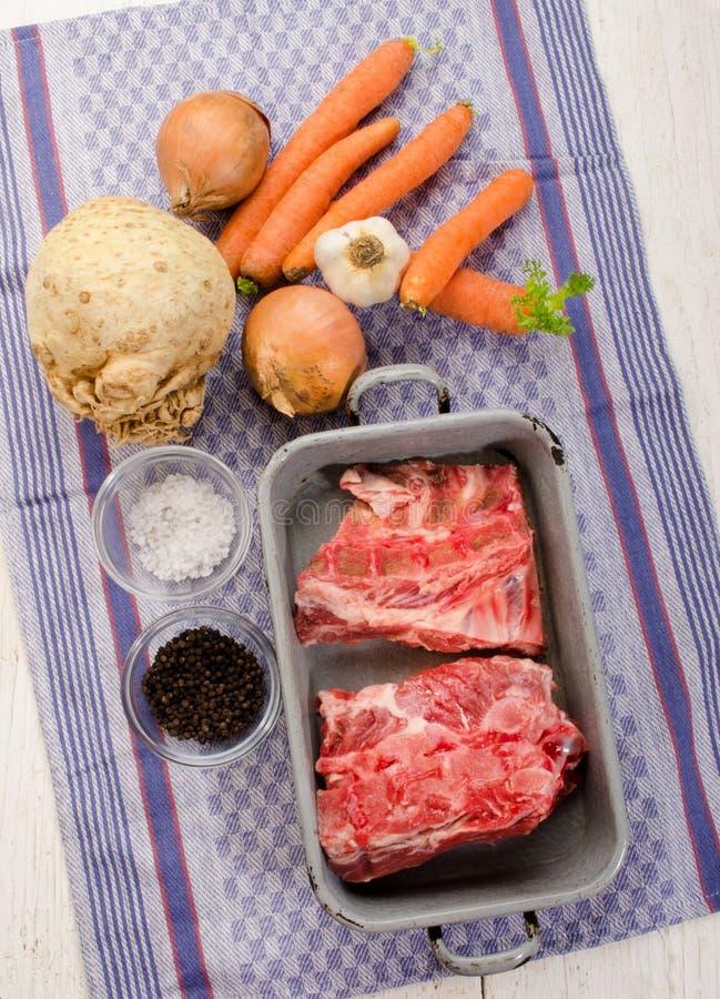 Κόκκαλα χοιρινού κρέατος και φρέσκα λαχανικά στοκ εικόνες με δικαίωμα ελεύθερης χρήσης