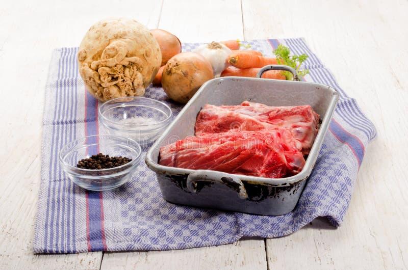 Κόκκαλα χοιρινού κρέατος και φρέσκα λαχανικά στοκ εικόνες