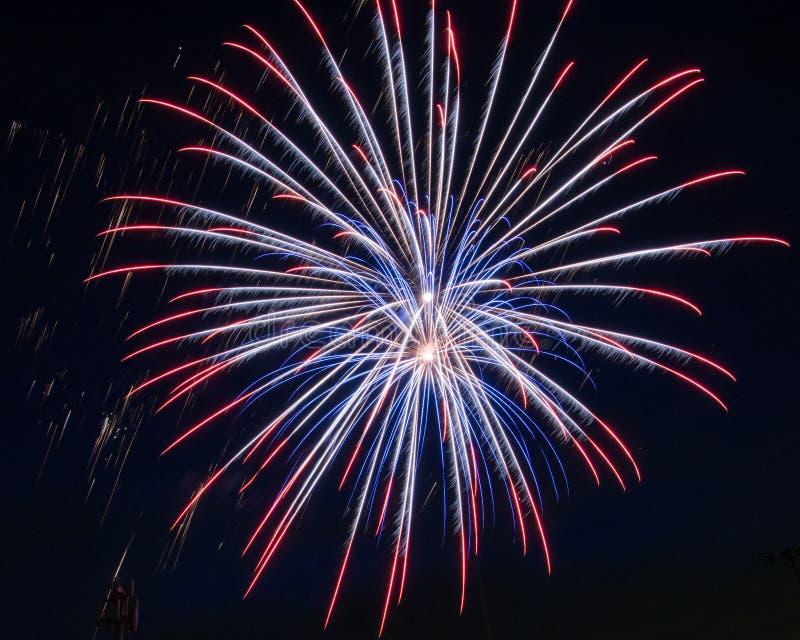Κόκκινα, άσπρα και μπλε πυροτεχνήματα στοκ εικόνες με δικαίωμα ελεύθερης χρήσης