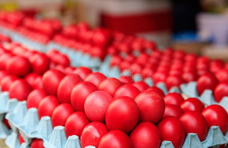 Κόκκινα αυγά Πάσχας για την πώληση σε μια υπαίθρια αγορά στοκ εικόνες