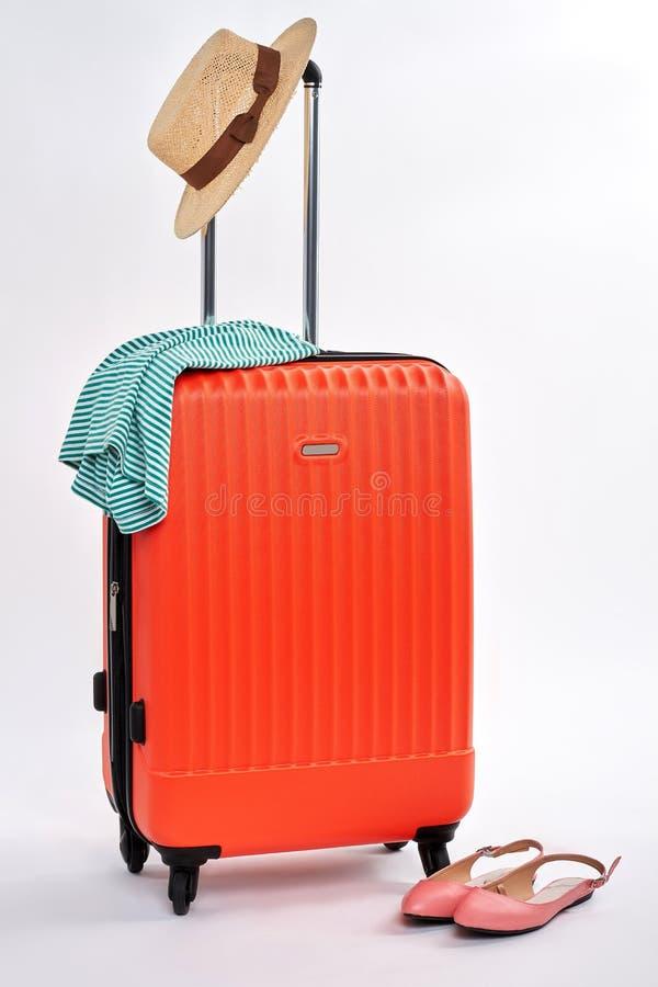 Κόκκινα βαλίτσες και εξαρτήματα γυναικών στοκ εικόνες