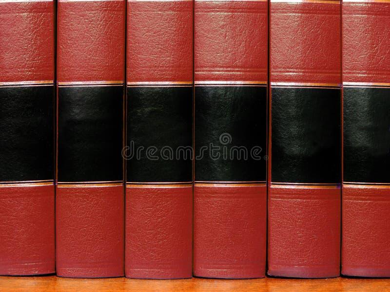 Κόκκινα βιβλία στο ράφι στοκ εικόνες