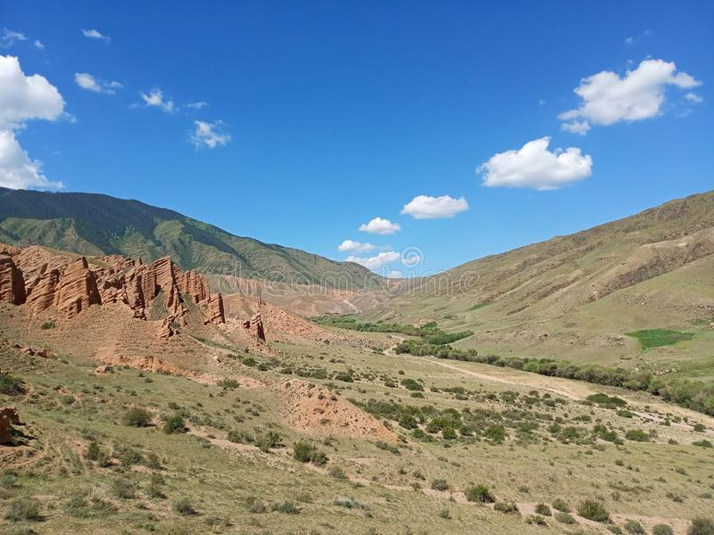 Κόκκινα βουνά στο οροπέδιο Assy στοκ φωτογραφία με δικαίωμα ελεύθερης χρήσης
