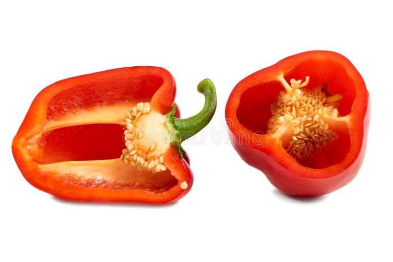 Κόκκινα γλυκά πιπέρια περικοπών που απομονώνονται στο άσπρο υπόβαθρο στοκ εικόνα με δικαίωμα ελεύθερης χρήσης