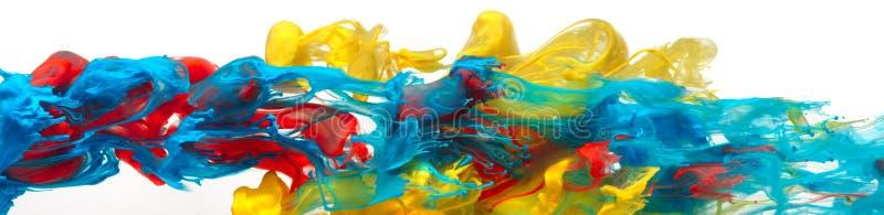 Κόκκινα, κίτρινα, και μπλε χρώματα που στροβιλίζονται μαζί στο αφηρημένο υπόβαθρο νερού στοκ εικόνα με δικαίωμα ελεύθερης χρήσης