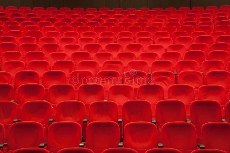 Κόκκινα καθίσματα κινηματογράφων ή θεάτρων στοκ φωτογραφίες
