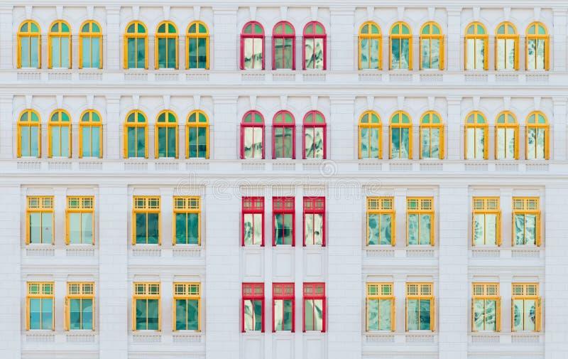 Κόκκινα και κίτρινα ανοικτά παράθυρα στο κλασσικό κτήριο στοκ φωτογραφίες με δικαίωμα ελεύθερης χρήσης